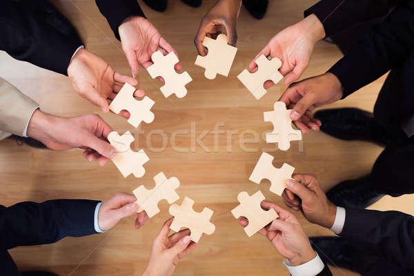 Pessoas de negócios peças do puzzle escritório diretamente acima tiro Foto stock © AndreyPopov
