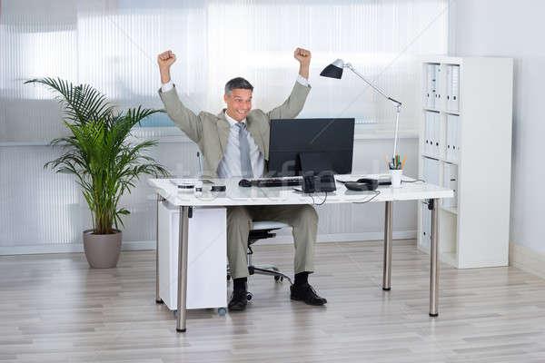 Imprenditore vittoria computer desk di successo Foto d'archivio © AndreyPopov