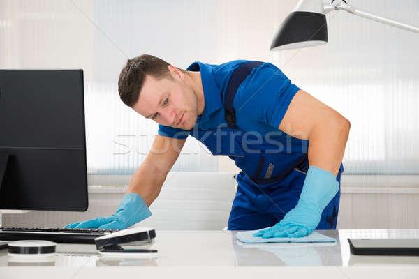 Lavoratore pulizia desk spugna adulto maschio Foto d'archivio © AndreyPopov