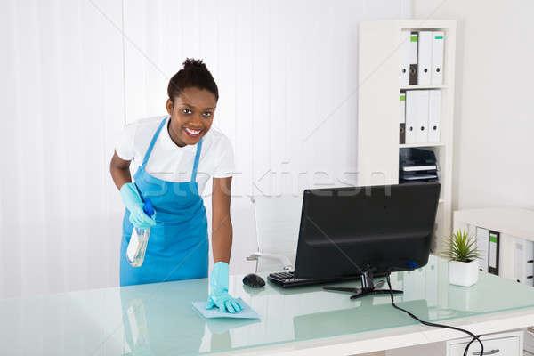 Homme concierge nettoyage bureau rag heureux Photo stock © AndreyPopov