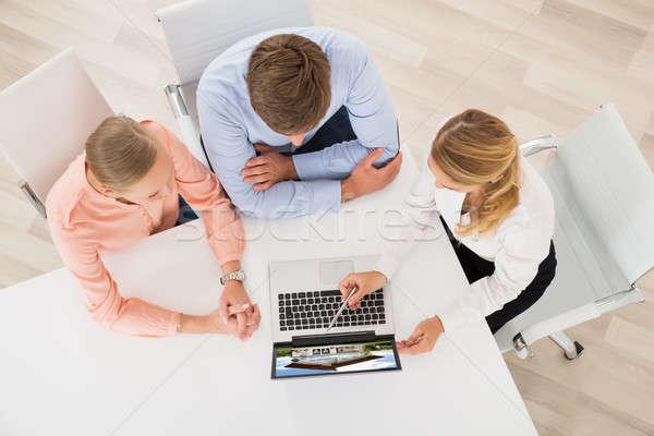 Сток-фото: агент · по · продаже · недвижимости · дома · ноутбука · пару