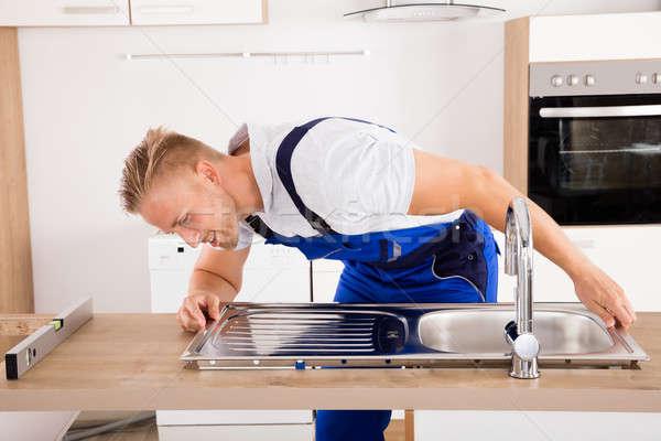 Hydraulik ze stali nierdzewnej umywalka szczęśliwy mężczyzna Zdjęcia stock © AndreyPopov
