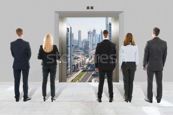 Biznesmen kobieta interesu patrząc nowoczesne windy widok z tyłu Zdjęcia stock © AndreyPopov