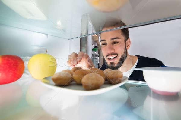 Man cookie plaat koelkast glimlachend Stockfoto © AndreyPopov