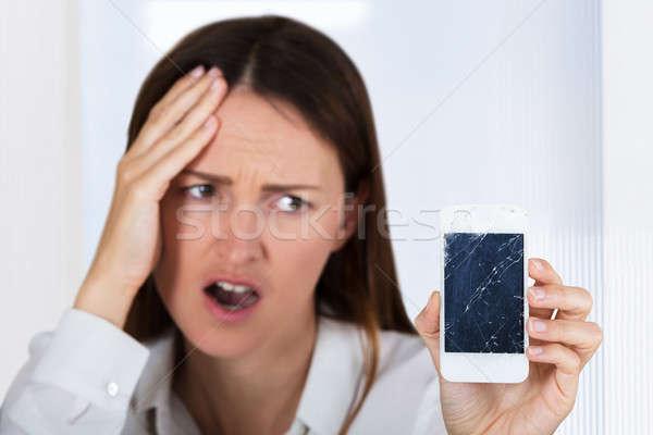 Bezorgd vrouw smartphone gebarsten scherm Stockfoto © AndreyPopov