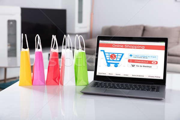 Stockfoto: Laptop · online · winkelen · website · scherm · gekleurd · boodschappentas