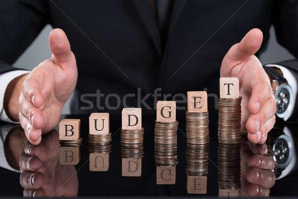 üzletember költségvetés kockák egymásra pakolva érmék asztal Stock fotó © AndreyPopov