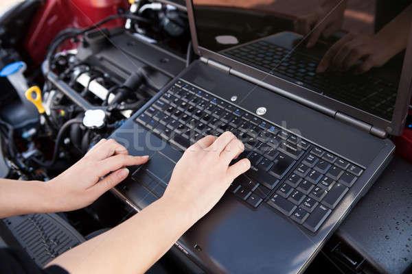 Hand typen computer garage industrie Stockfoto © AndreyPopov