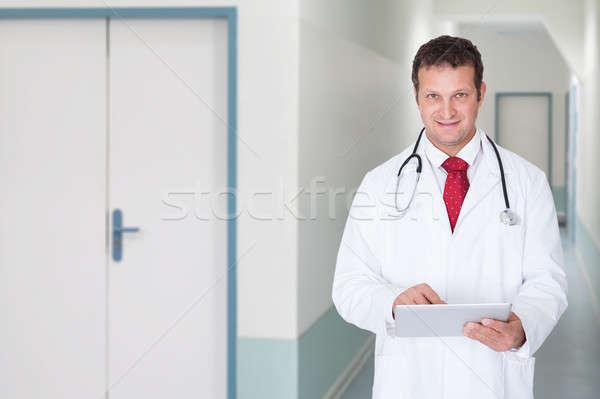 Stok fotoğraf: Doktor · dijital · tablet · hastane · koridor · portre