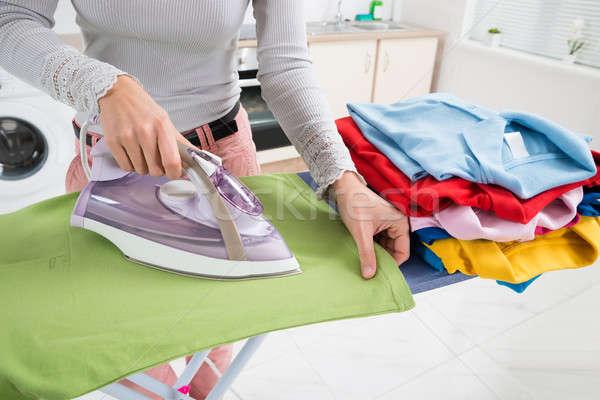 Vrouwelijke handen strijken tshirt groene Stockfoto © AndreyPopov