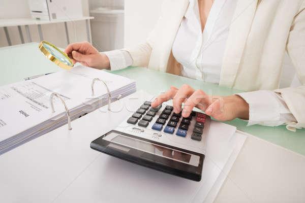 ストックフォト: クローズアップ · 女性実業家 · 法案 · 虫眼鏡 · 小さな · オフィス