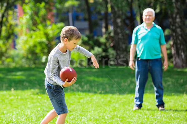 Foto stock: Nieto · abuelo · jugando · rugby · nino