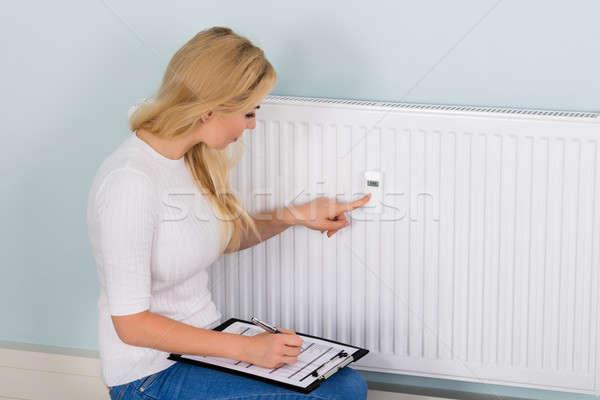 Vrouw digitale thermostaat jonge vrouw records Stockfoto © AndreyPopov