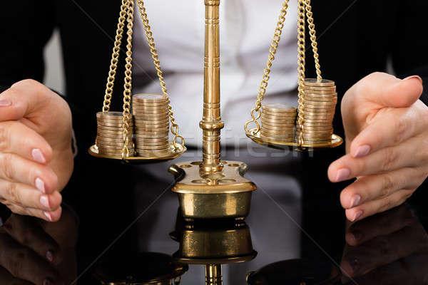 Avvocati mano giustizia scala monete primo piano Foto d'archivio © AndreyPopov