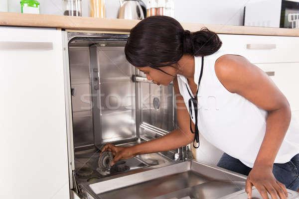 Genç kadın bulaşık makinesi Afrika mutfak ev Stok fotoğraf © AndreyPopov