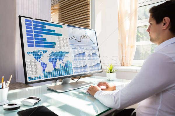 Bourse courtier graphique ordinateur jeunes Homme Photo stock © AndreyPopov