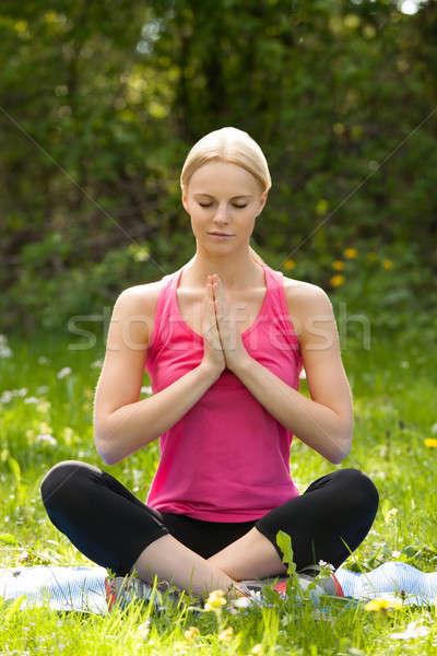Fiatal szőke nő gyakorol jóga park portré Stock fotó © AndreyPopov