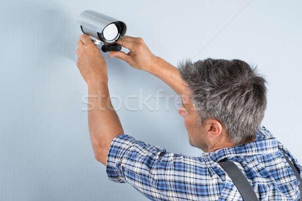Technikus cctv kamera közelkép fal férfi Stock fotó © AndreyPopov