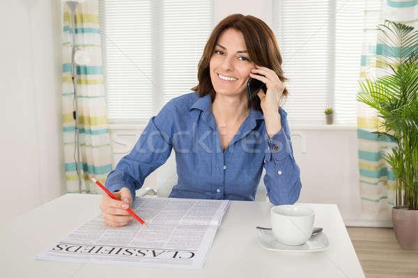 Kadın gazete konuşma cep telefonu mutlu Stok fotoğraf © AndreyPopov