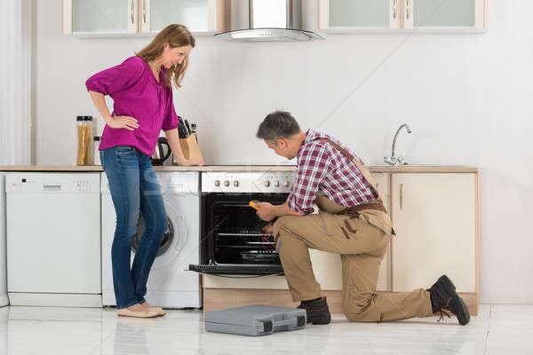 男性 ワーカー オーブン デジタル 女性 見える ストックフォト © AndreyPopov