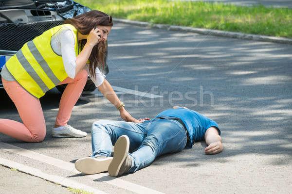 Donna chiamando emergenza help incidente guardando Foto d'archivio © AndreyPopov