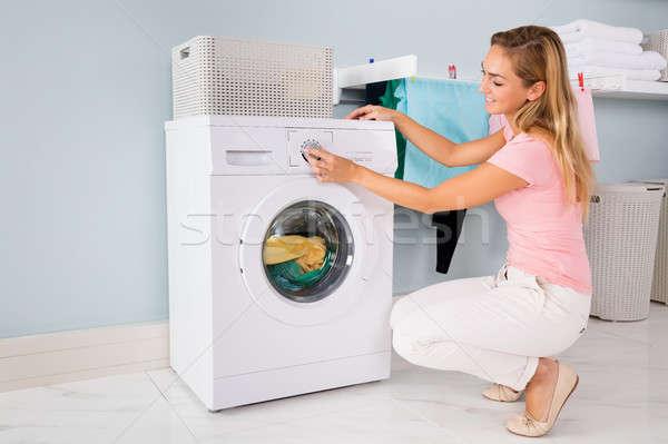 Kobieta pralka użyteczność pokój młodych uśmiechnięta kobieta Zdjęcia stock © AndreyPopov
