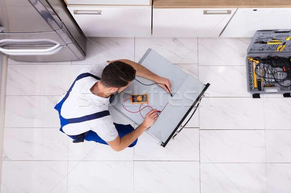 Oven jonge mannelijke keuken Stockfoto © AndreyPopov