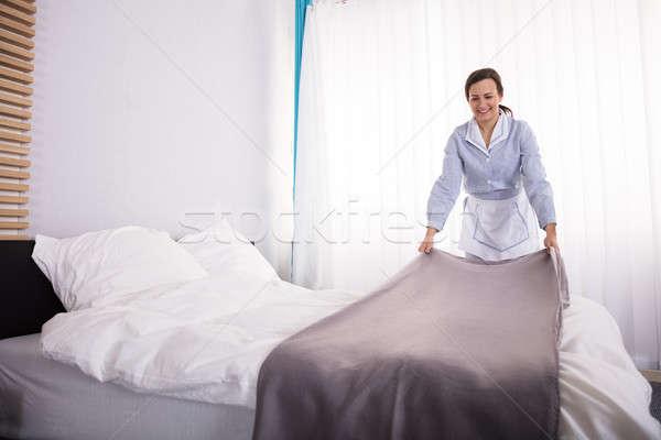 Huishoudster bed hotelkamer glimlachend vrouwelijke Stockfoto © AndreyPopov
