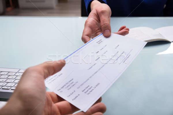 Homme d'affaires chèque collègue main argent Photo stock © AndreyPopov