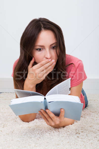 Alfombra lectura libro conmocionado nina foto stock andriy popov andreypopov - Alfombra nina ...