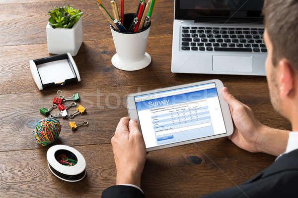Biznesmen patrząc badanie formularza telefonu komórkowego Zdjęcia stock © AndreyPopov
