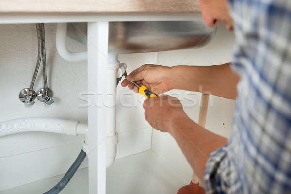 Vízvezetékszerelő megjavít mosdókagyló cső csavarhúzó férfi Stock fotó © AndreyPopov