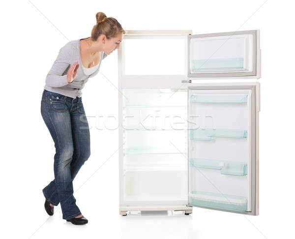 Zdjęcia stock: Młoda · kobieta · patrząc · pusty · lodówce · biały