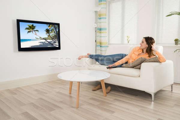 Nő tv nézés kanapé otthon tengerpart ház Stock fotó © AndreyPopov