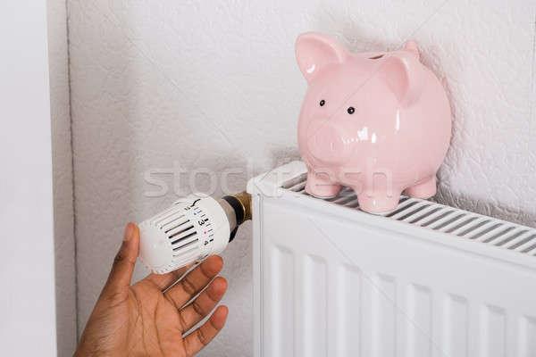 Mano termostato salvadanaio radiatore primo piano lavoro Foto d'archivio © AndreyPopov