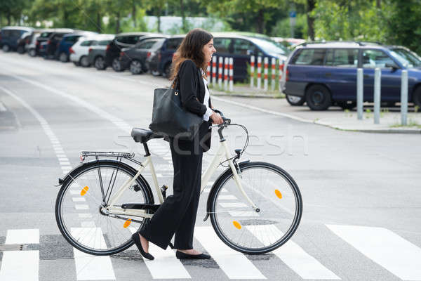 Glimlachend zakenvrouw handtas woon-werkverkeer fiets zijaanzicht Stockfoto © AndreyPopov