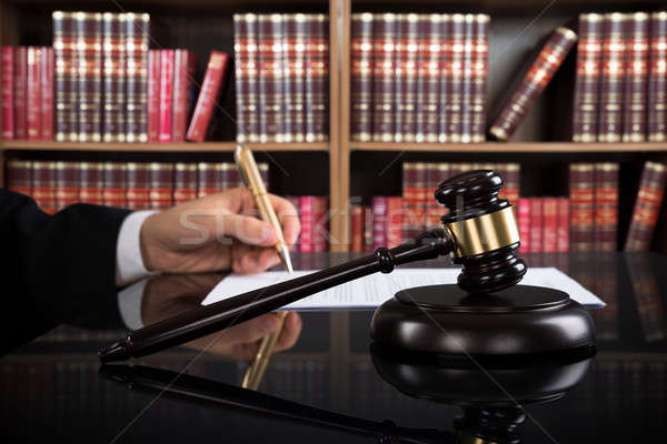 Richter schriftlich Papier Gerichtssaal Hand Stock foto © AndreyPopov