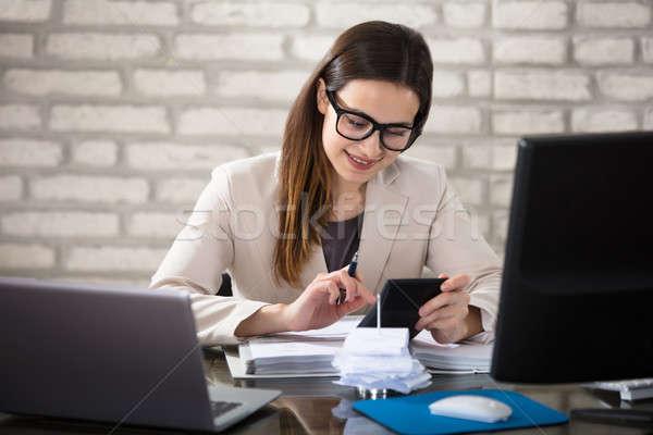 Uśmiechnięty księgowy Kalkulator młodych rachunek biuro Zdjęcia stock © AndreyPopov