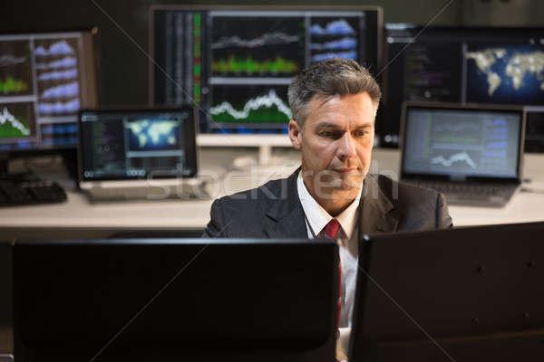 Giełdzie pośrednik patrząc wielokrotność ekranie komputera dojrzały Zdjęcia stock © AndreyPopov