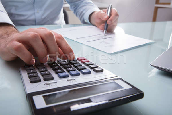 Stock fotó: üzletember · számla · fotó · kéz · számológép · üzlet