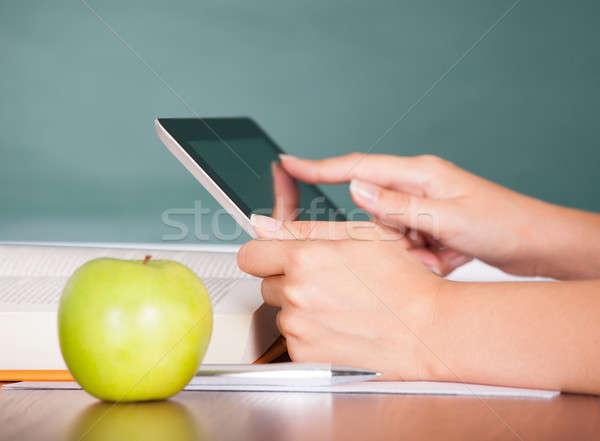 Stok fotoğraf: El · dijital · tablet · öğrenci