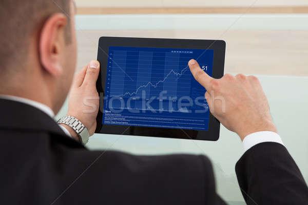Zakenman beurs digitale tablet achteraanzicht kantoor Stockfoto © AndreyPopov
