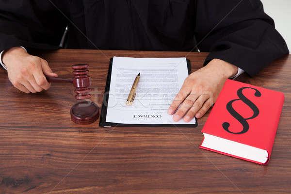 Richter Gewicht Maßstab Gerichtssaal männlich Tabelle Stock foto © AndreyPopov