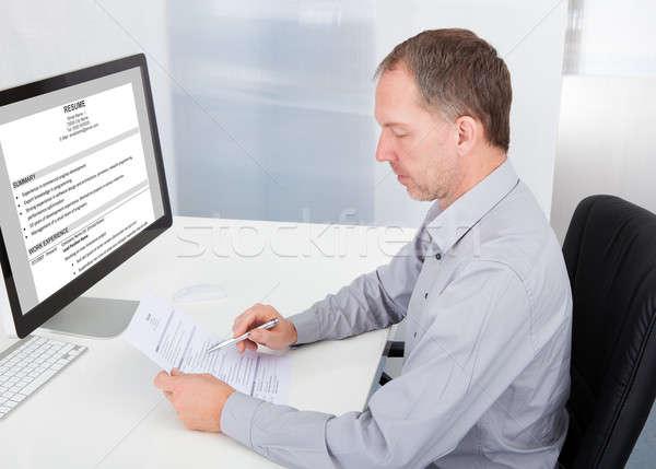 ストックフォト: ビジネスマン · 読む · 肖像 · 成熟した · オフィス