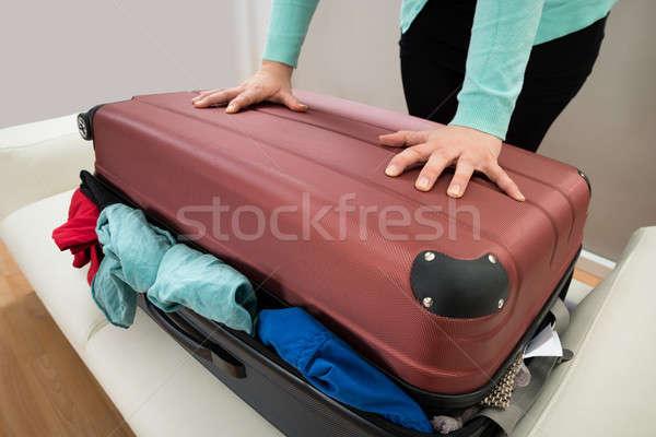 Közelkép nő bőrönd zárt túlzás ruházat Stock fotó © AndreyPopov