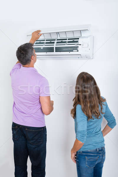 Couple climatiseur attaché blanche mur travaux Photo stock © AndreyPopov