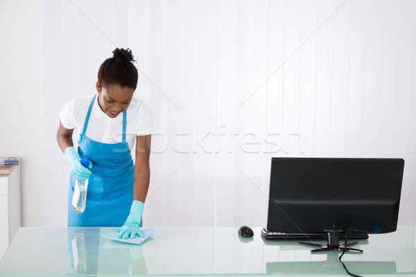 Vrouwelijke schoonmaken bureau vod gelukkig Stockfoto © AndreyPopov