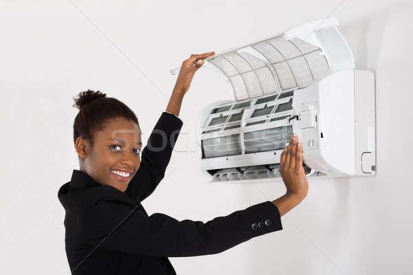 Mujer de negocios acondicionador de aire jóvenes feliz África oficina Foto stock © AndreyPopov
