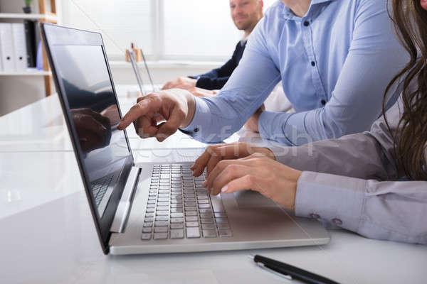 Stock fotó: Munkatárs · dolgozik · laptop · közelkép · üzletemberek · asztal