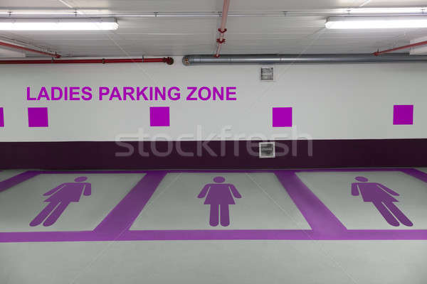Dames parking signe pourpre Homme sous-sol Photo stock © AndreyPopov